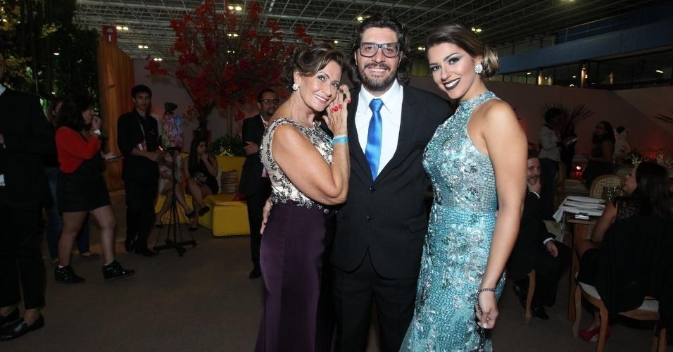 Ieda, Ilmar e Vivian posam juntos no casamento de Elis