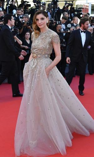 A atriz francesa Clotilde Courau adotou um visual romântico para o primeiro dia de premiações de Cannes