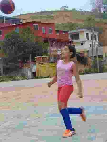 Maria Alice jogando futebol - Arquivo Pessoal - Arquivo Pessoal