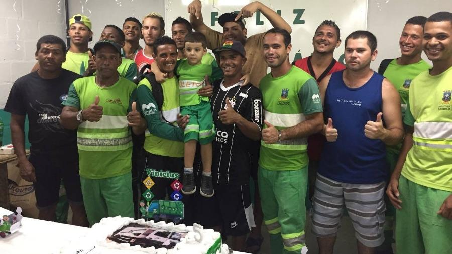 Vinicius e seus amigos garis - Reprodução/Facebook