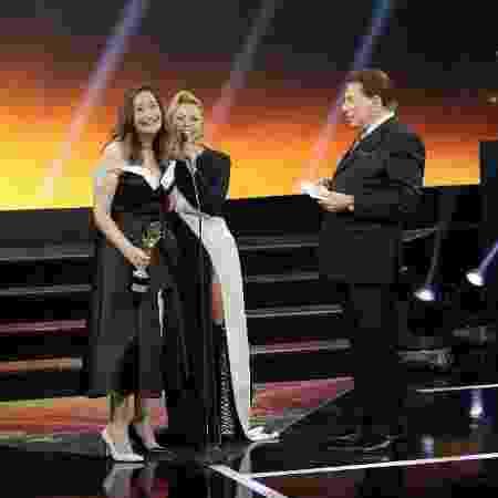 Joelma recebe o Troféu Internet de melhor cantora de 2017 das mãos de Sonia Abrão - Lourival Ribeiro/SBT - Lourival Ribeiro/SBT