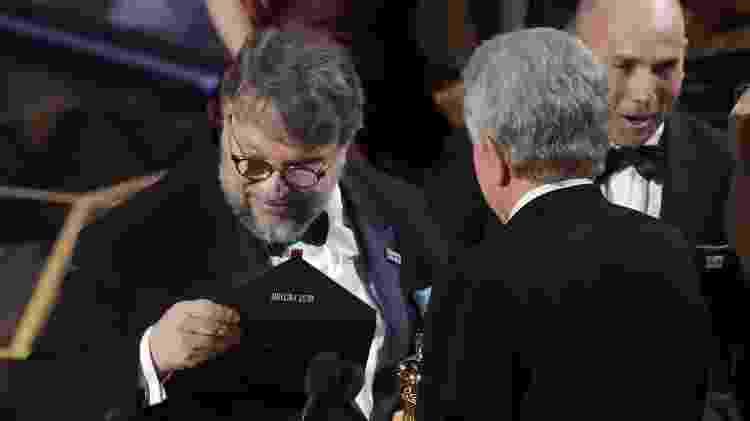 """Diretor de """"A Forma da Água"""", Guillermo del Toro confere se realmente venceu o Oscar de melhor filme - REUTERS/Lucas Jackson - REUTERS/Lucas Jackson"""