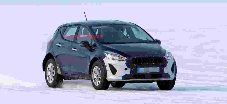 """Esta """"mula"""" com carroceria de Fiesta europeu esconde o novo EcoSport? De fato, bitolas são largas e suspensões, altas demais para um hatch - CarPix/Autoblog"""