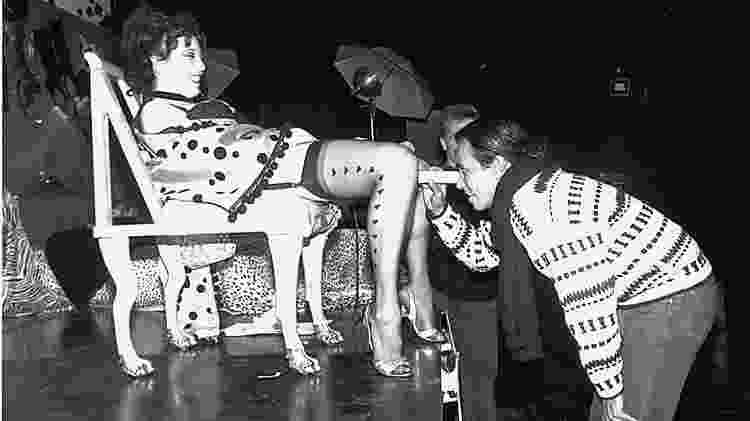"""Annie Sprinkle convidava o público a ver o interior de sua vagina na performance """"Anúncio público de um cérvix"""" - Reprodução/ Anniesprinkle.org - Reprodução/ Anniesprinkle.org"""