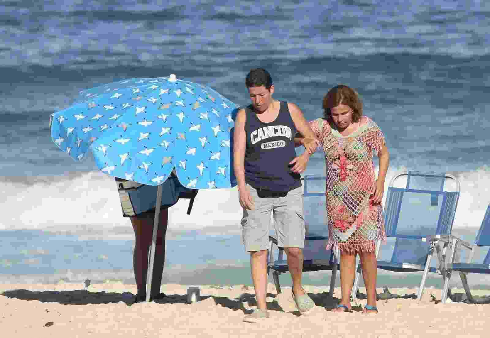 Claudia Rodrigues é flagrada na praia de Ipanema com filha e empresária   - Imagem/AgNews