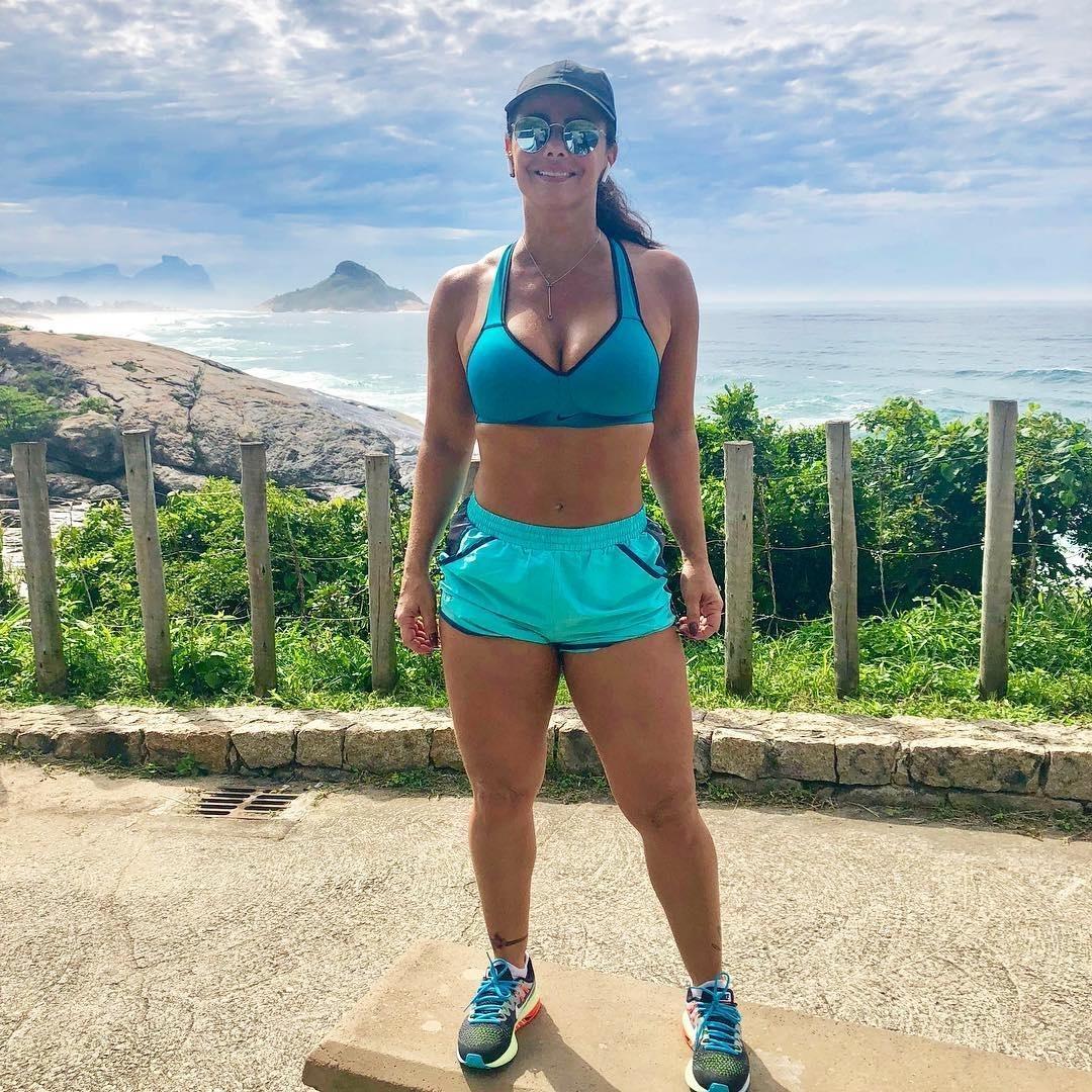 b43148ab9 Viviane Araújo mostra barriga chapada após secar para nova novela da Globo  - 18 09 2018 - UOL TV e Famosos