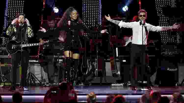 A cantora pop carioca Iza se apresenta com o grupo colombiano Piso 21 no pré-Grammy - David Becker/Getty Images/Laras - David Becker/Getty Images/Laras