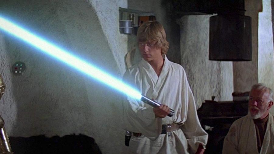 """Luke Skywalker testa o sabre de luz em """"Star Wars: Uma Nova Esperança"""" - Divulgação"""