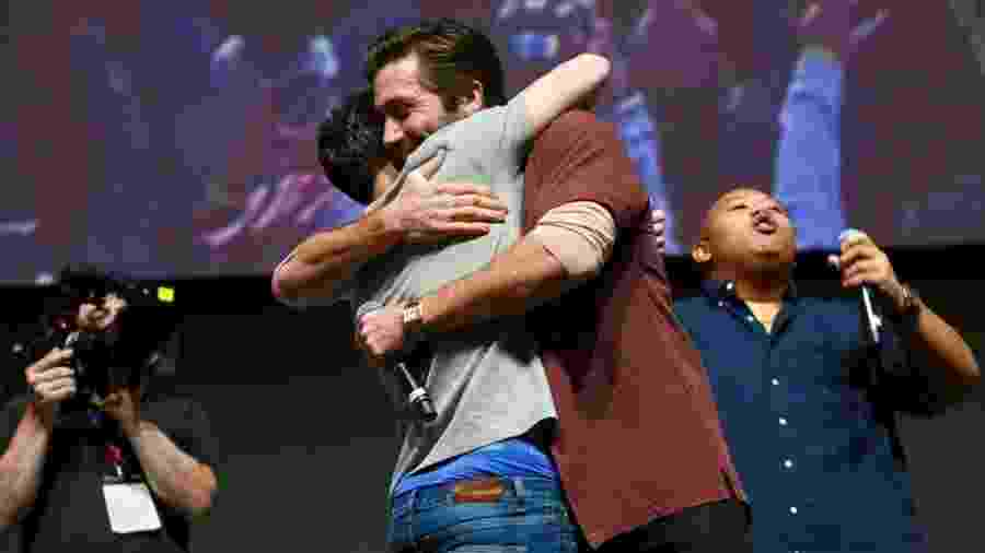 Tom Holland e Jake Gyllenhaal se abraçam em painel da CCXP - Iwi Onodera/UOL