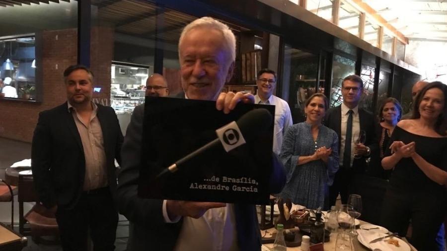 Alexandre Garcia exibe microfone da Globo em encontro com amigos da TV - Reprodução