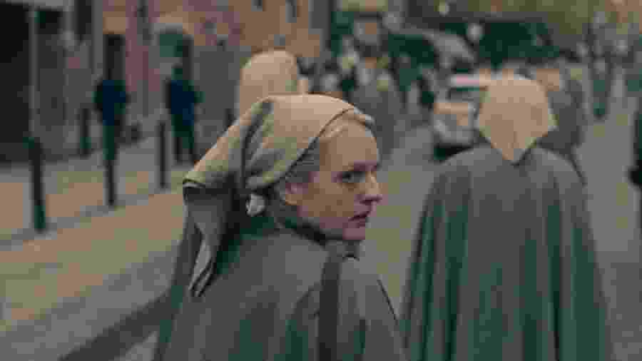 """Elizabeth Moss em cena da terceira temporada de The Handmaid""""s Tale: O Conto da Aia - Divulgação"""