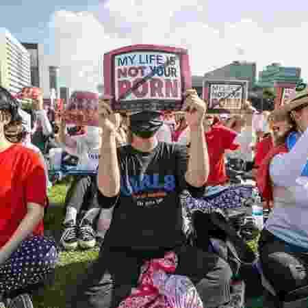 No ano passado, milhares de pessoas tomaram as ruas de Seul para protestar contra as chamadas 'câmeras espiãs' - GETTY IMAGES