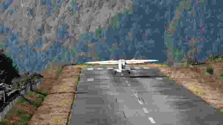 Uma das pontas da pista do aeroporto nepalês fica junto a um despenhadeiro - je33a/Getty Images/iStockphoto