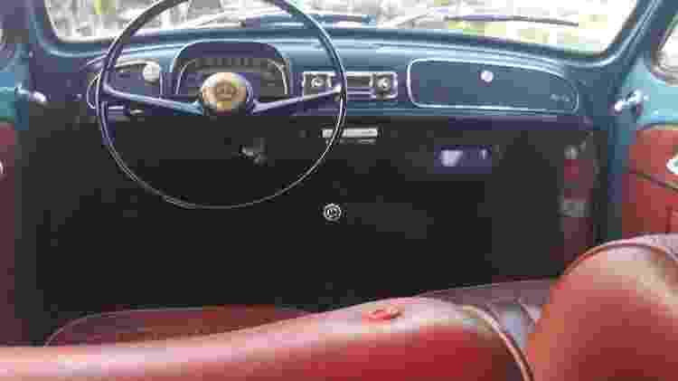 Interior do Gordini é original e mantém revestimento vermelho; carro foi usado no casamento das filhas do dono - Arquivo pessoal