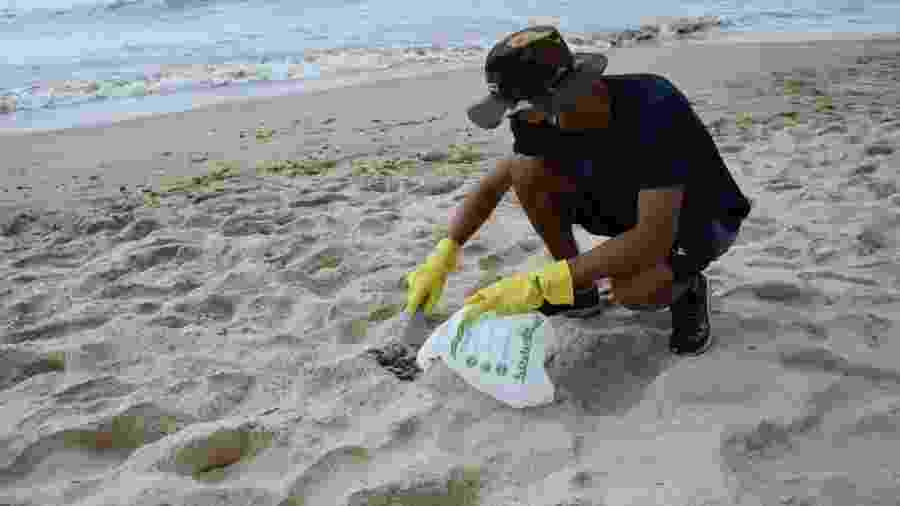 O estudante Matheus Nelli, de 19 anos, é um dos voluntários que arriscam a própria saúde para limpar praias atingidas pelo óleo no Nordeste - Enderson Araújo/UOL