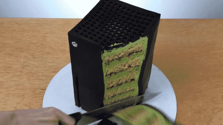 Bolo no formato do Xbox Series X - Reprodução / YouTube (@Sideserf Cake Studio) - Reprodução / YouTube (@Sideserf Cake Studio)