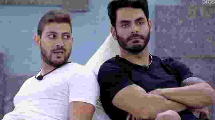 BBB 21: Caio e Rodolffo conversam na área externa da casa - Reprodução/ Globoplay - Reprodução/ Globoplay
