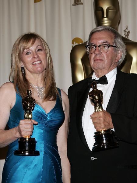 """05.03.2006 - Larry McMurtry (à dir.) com Diana Ossana, sua parceira no script de """"O Segredo de Brokeback Mountain"""", no Oscar - Vince Bucci/Getty Images"""