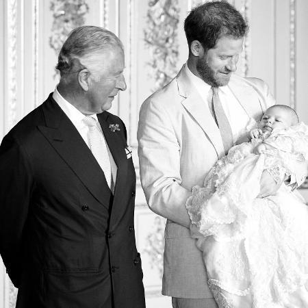 Príncipe Charles, Príncipe Harry e Archie - Reprodução/Twitter