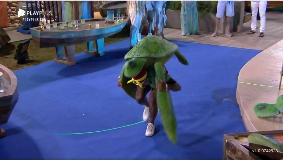 Farm 2021: Dinho juega con la tortuga en la fiesta - Procreation / Playplus