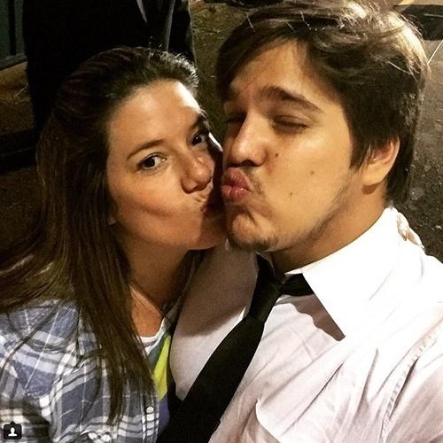 """2015 - A produtora Camila Colombo posa com o noivo, o ator Lucas Salles, após pedido de casamento em show. """"Primeira foto como noivos. Te amo"""", escreveu"""