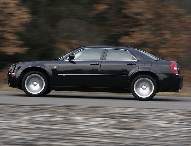 Chrysler 300C 2008, de antiga geração, é um dos carros envolvidos no chamado - Divulgação