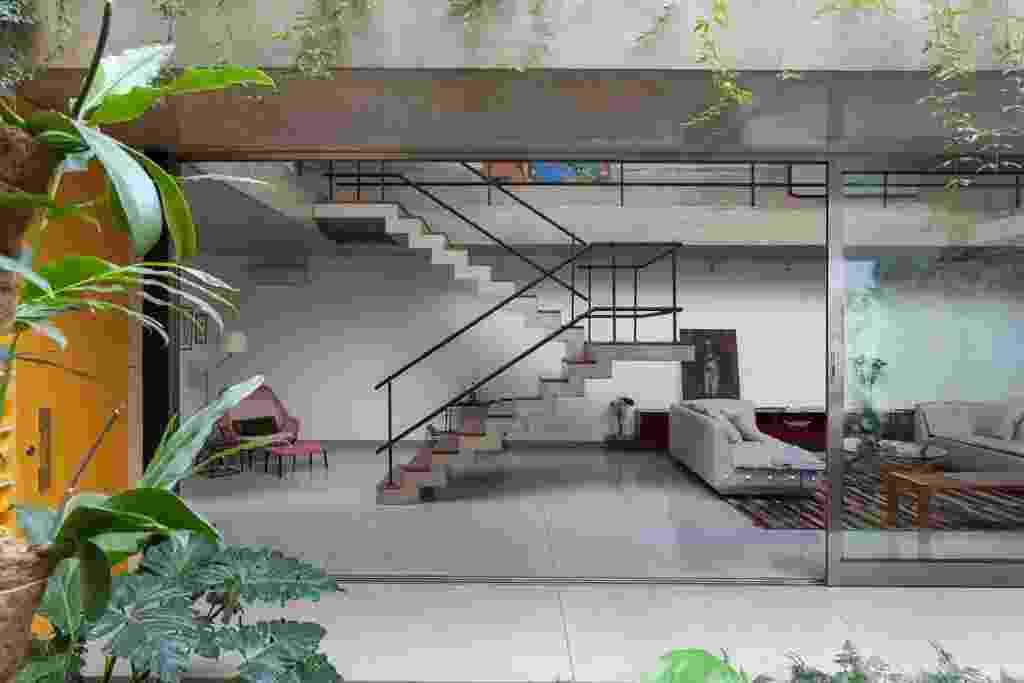 Com as portas de correr abertas, jardim e estar se fundem num só ambiente muito agradável. Poltrona Slow Chair/Vitra Ronan e Erwan Bouroullec, da Micasa. A Casa Jardins foi projetada pelo escritório CR2 ArquiteturaCom as portas de correr abertas, jardim e estar se fundem num só ambiente muito agradável. Poltrona Slow Chair/Vitra Ronan e Erwan Bouroullec, da Micasa. A Casa Jardins foi projetada pelo escritório CR2 Arquitetura - Fran Parente/ Divulgação