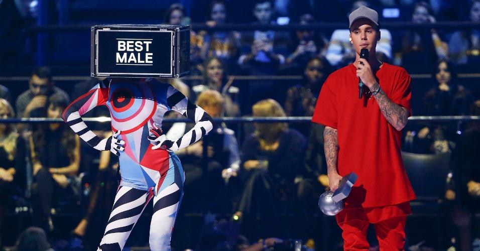 25.out.2015 -  Justin Bieber ganha prêmio de melhor artista masculino no EMA 2015, prêmio da MTV na Europa