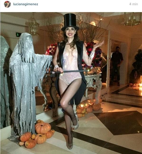 13.nov.2015- Luciana Gimenez vira mágica sexy em festa à fantasia para celebrar seus 46 anos. O aniversário da apresentadora foi no dia 3 de novembro e ela comemorou nesta sexta-feira 13