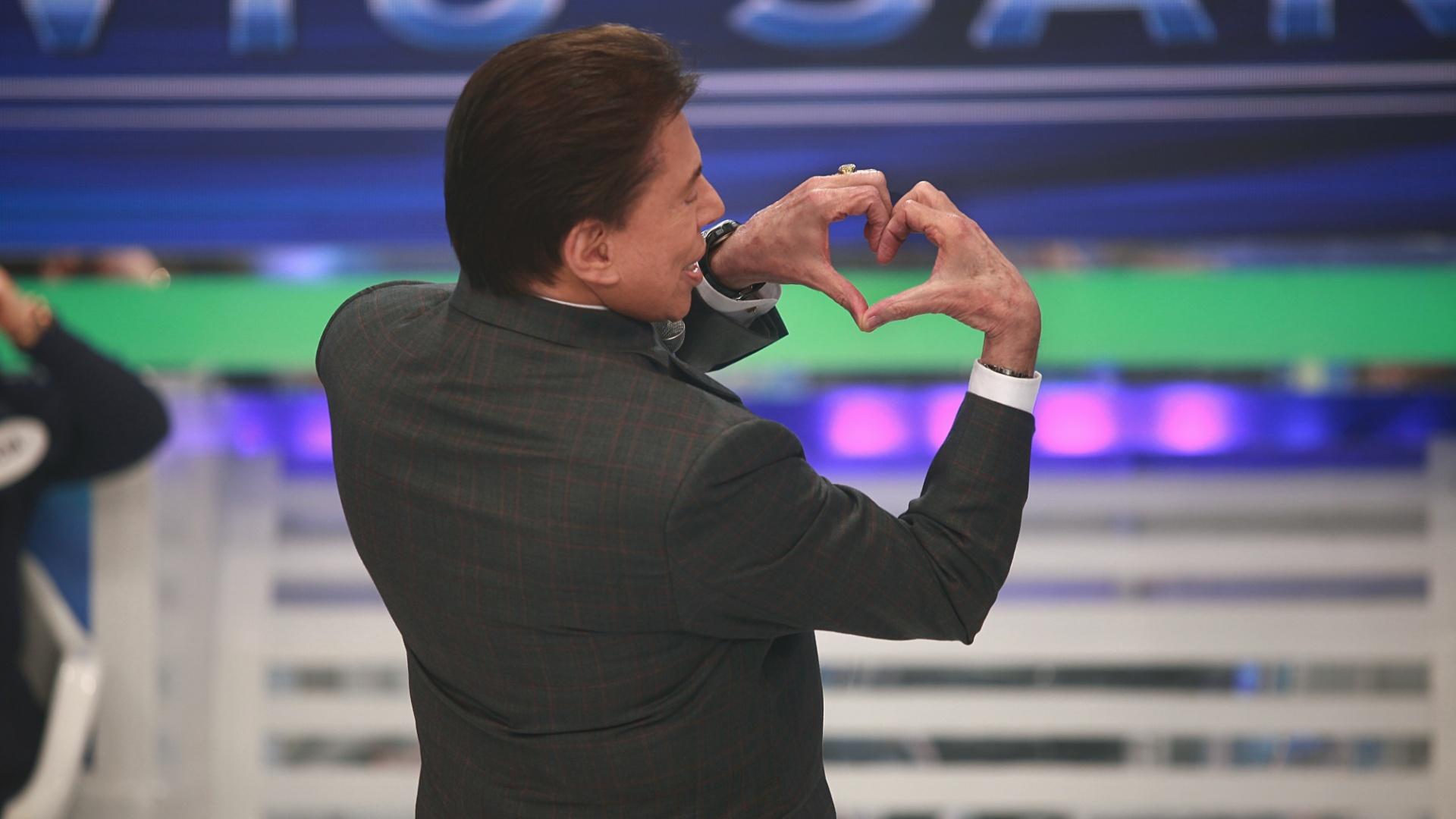 2013 - Silvio Santos faz coraçãozinho com as mãos S2