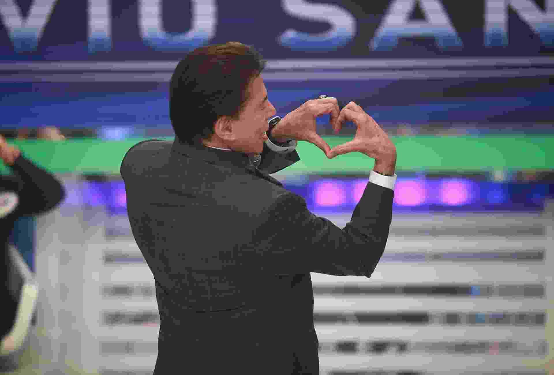 2013 - Silvio Santos faz coraçãozinho com as mãos S2 - Divulgação/SBT