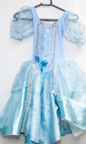 A fantasia de Cinderela custa R$ 150 na loja Porto das Festas e Fantasias (Ladeira Porto Geral, 88 - Centro - São Paulo)