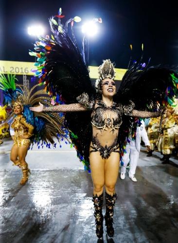 6.fev.2016 - A rainha de bateria da Unidos de Vila Maria Bruna Fonseca samba no Anhembi na madrugada deste sábado