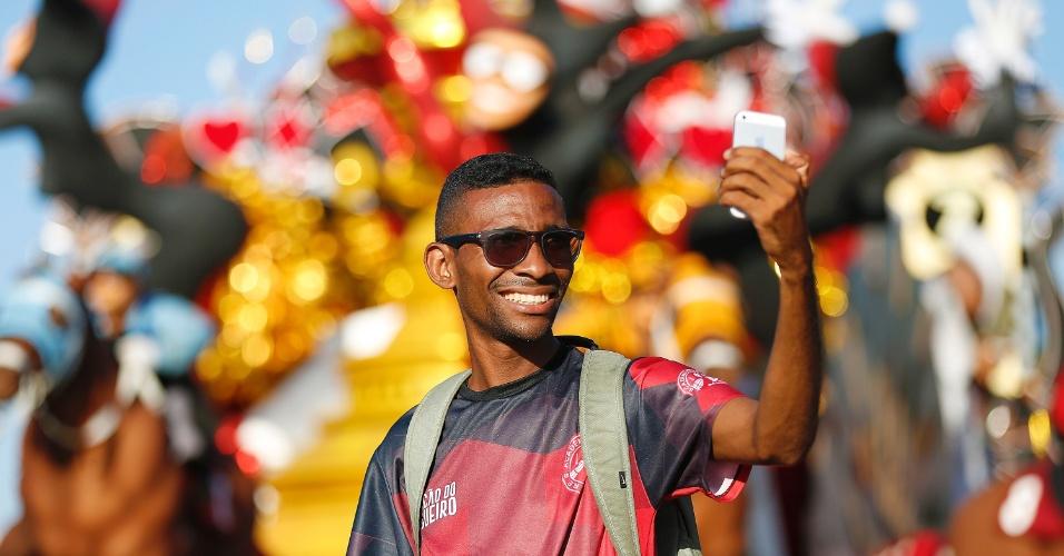 8.fev.2016 - Integrante da Salgueiro tira foto durante tarde preparativos para segundo dia de desfiles na Sapucaí
