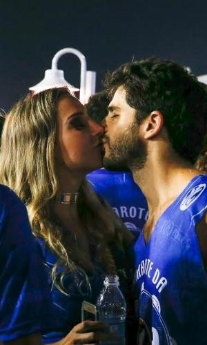 """9.fev.2016 - Duda Nagle, ator de """"Cúmplices de um Resgate"""", é fotografada beijando a médica chamada Luana Teixeira na Sapucaí"""
