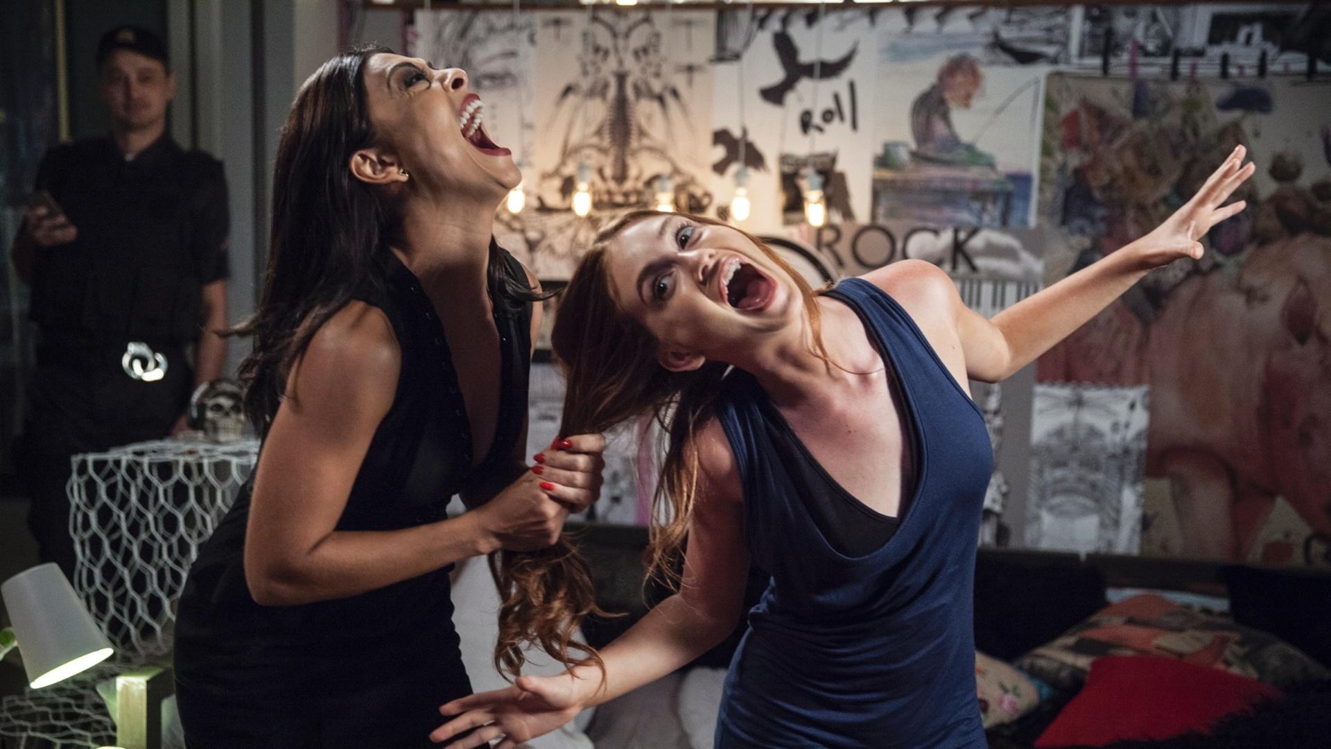 14.jan.2016 - Carolina (Juliana Paes) e Eliza (Marina Ruy Barbosa) em