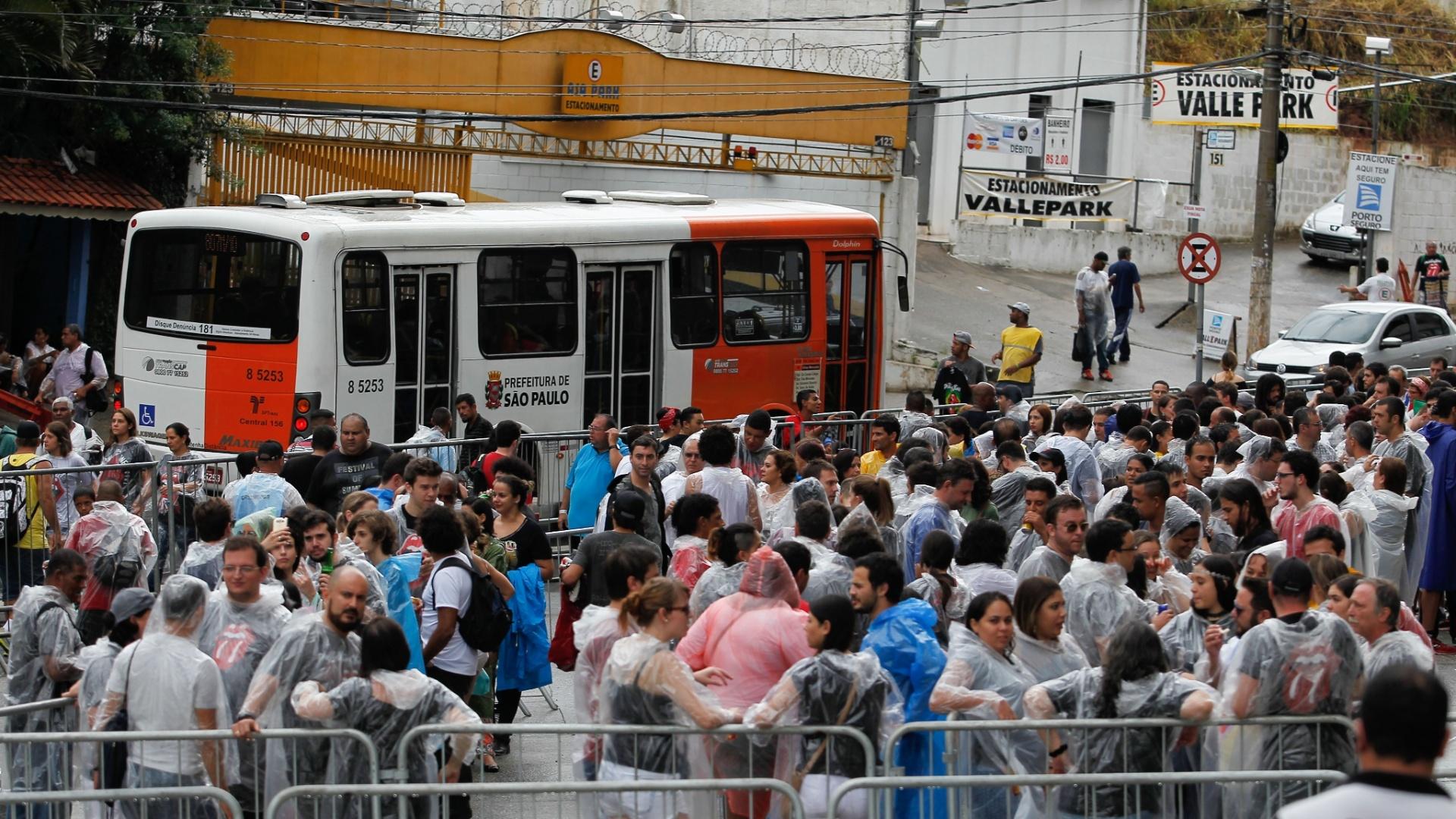 24.fev.2016 - Movimentação em frente ao estádio do Morumbi, na zona sul de São Paulo, que recebe hoje o primeiro show dos Rolling Stones na cidade pela