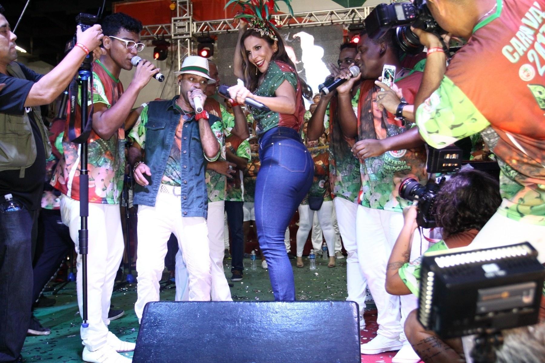 12.mar.2016 - Ivete Sangalo foi anunciada oficialmente como enredo da escola de samba Grande Rio para o Carnaval 2017. Sorridente, a cantora cantou, dançou e tirou fotos com o público na quadra da agremiação