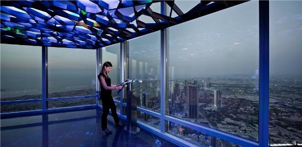 Turista observa a paisagem de Dubai desde o 125º andar do Burj Khalifa - Divulgação/Burj Khalifa