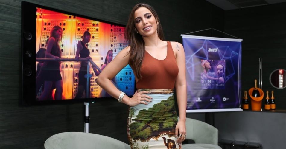 """27.jul.2016 - Anitta lança o clipe de """"Sim ou Não"""" em um hotel no Rio de Janeiro. A música tem a participação do cantor colombiano Maluma"""