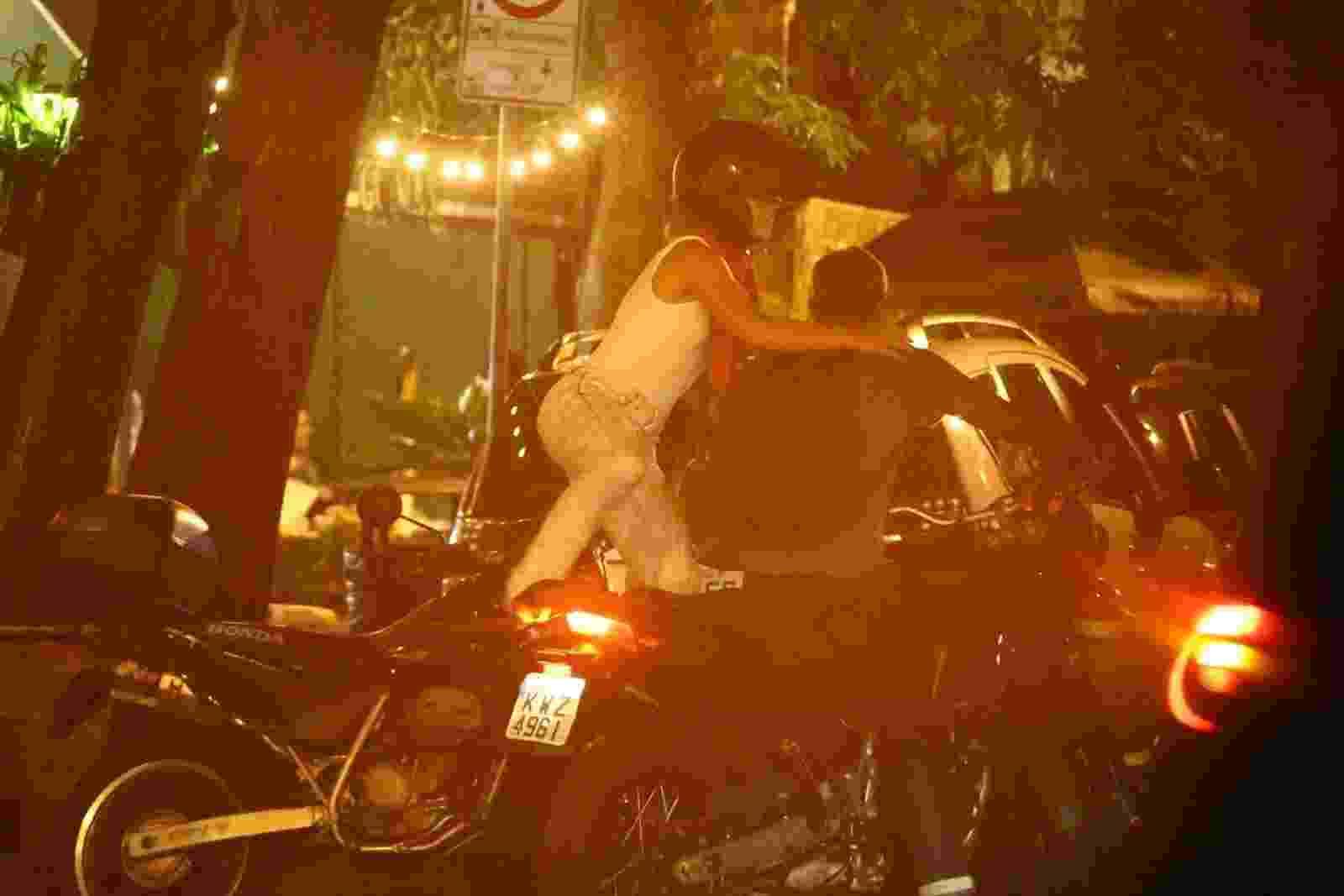 Paolla Oliveira é vista em clima de romance com o namorado, o diretor Rogério Gomes, em barzinho na Gávez, na zona sul do Rio de Janeiro. Após curtirem a noitada, os dois foram embora de moto - AgNews