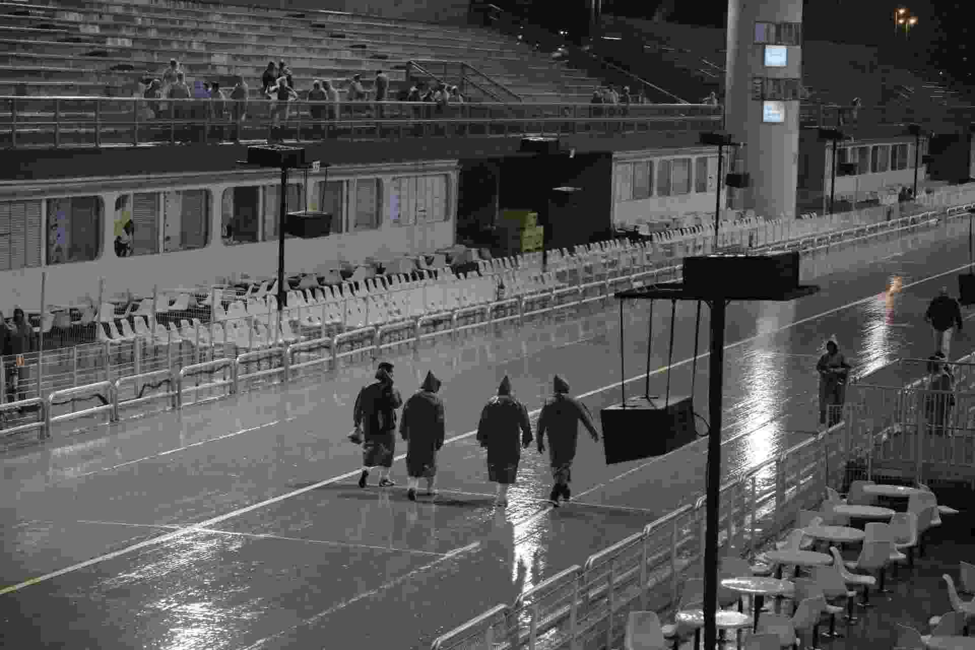 24.fev.2017 - Foliões chegam para primeira noite de desfiles no Anhembi - Simon Plestenjak/UOL