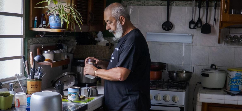 O escritor cubano Leonardo Padura prepara café em sua casa no bairro rural de Mantilla, em Havana - Adalberto Roque/AFP