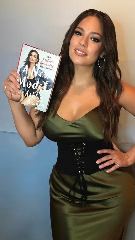 Ashley lançou um livro para falar sobre sua vida pessoal e carreira - Reprodução/Instagram
