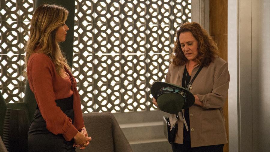 "Arlete (Elizabeth Savalla) recupera o chapéu com Maria Pia (Mariana Santos) em ""Pega Pega"" - Marília Cabral/TV Globo"