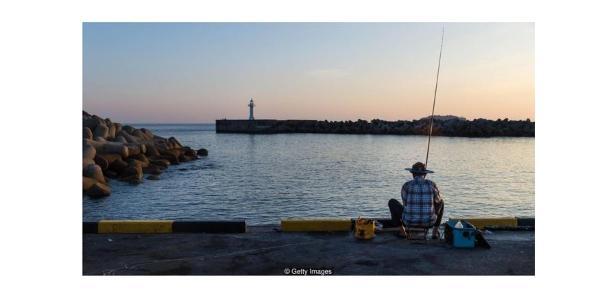 Pescador no porto em Seogwipo, na ilha Jeju, Coreia do Sul