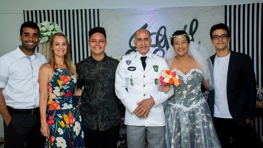 Mãe de Sérgio Malheiros ousou na escolha do vestido de noiva. Glaucia deixou o branco de lado e usou a estampa militar  - Reprodução/Instagram/@glauvic