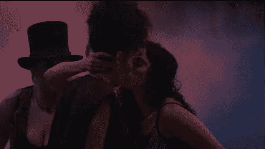 Elana pede selinho para Gabriela durante festa - Reprodução/GloboPlay