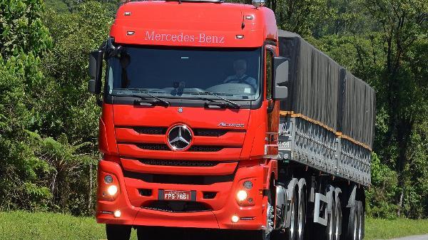 Duelo: Mercedes-Benz Actros de estrada encara caminhão de