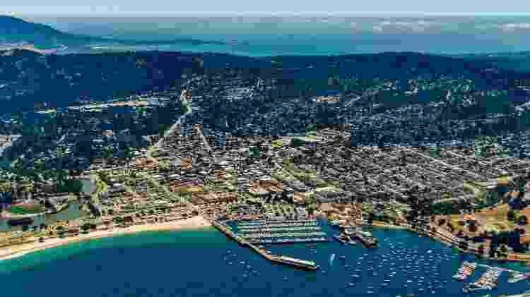 Cidade de Monterey, na Califórnia, vista por cima em um dia ensolarado - Getty Images/iStockphoto
